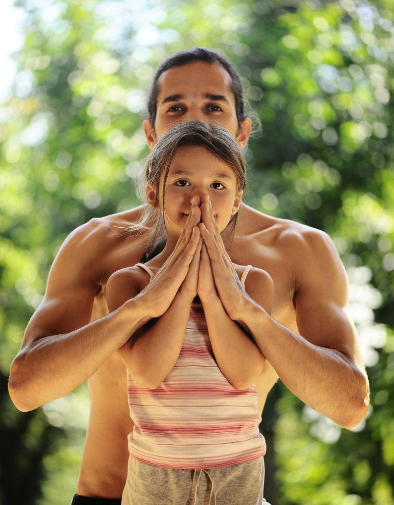 pai-e-filha-praticando-yoga