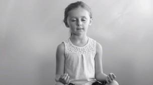 menina-meditando-apenas-respire-filme-meditacao-com-criancas