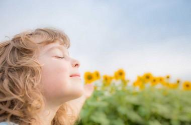 A Música ajuda a criança a entrar na quietude da Yoga