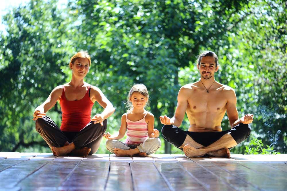 familia-meditando-cris-pitanga
