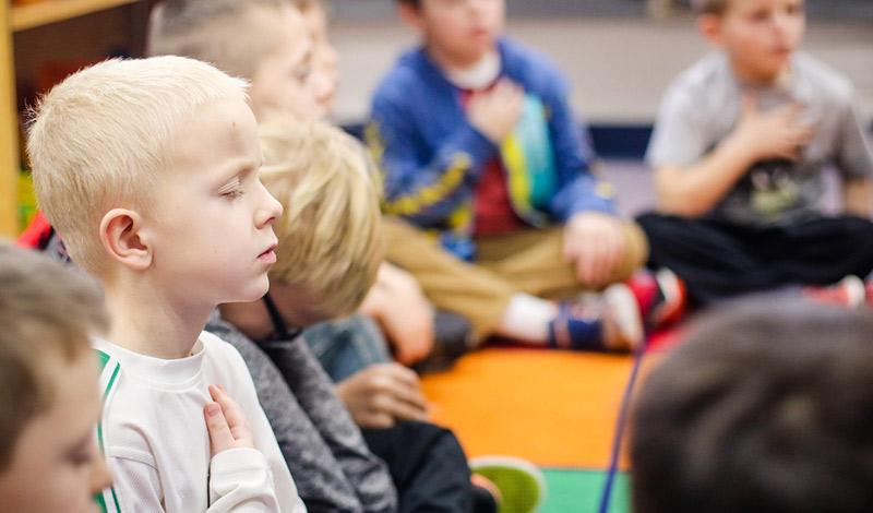 crianca-meditando-em-sala-de-aula-cris-pitanga